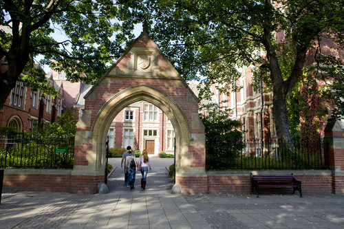 Clothworkers court gate and students